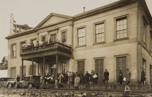 Spectators in front of Elizabeth Bay House at the September 1927 sale of the remaining 3 acres of the Elizabeth Bay estate / Broughton, Ward & Chaseling, Commercial Photographers