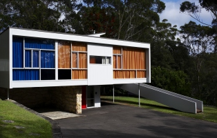 View of the front exterior of Rose Seidler House, showing side access ramp and carport.