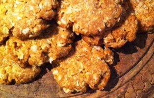 Image of a plate of golden coloured anzac biscuits
