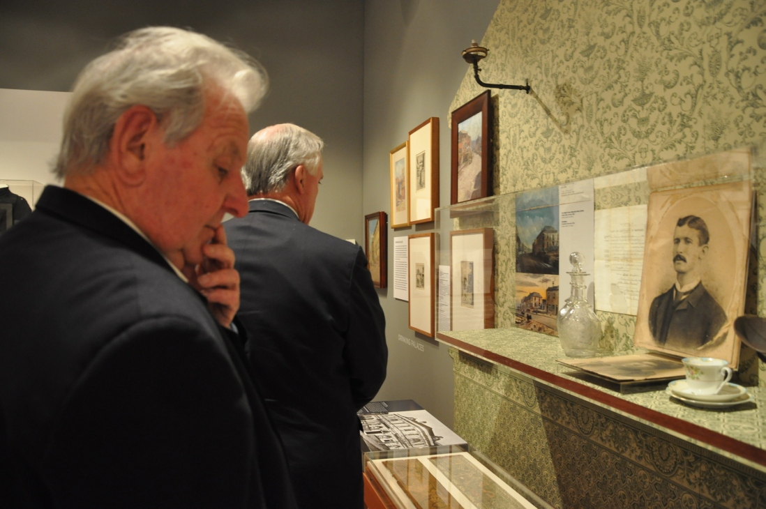 Jack Mundey looks at Painting The Rocks exhibition