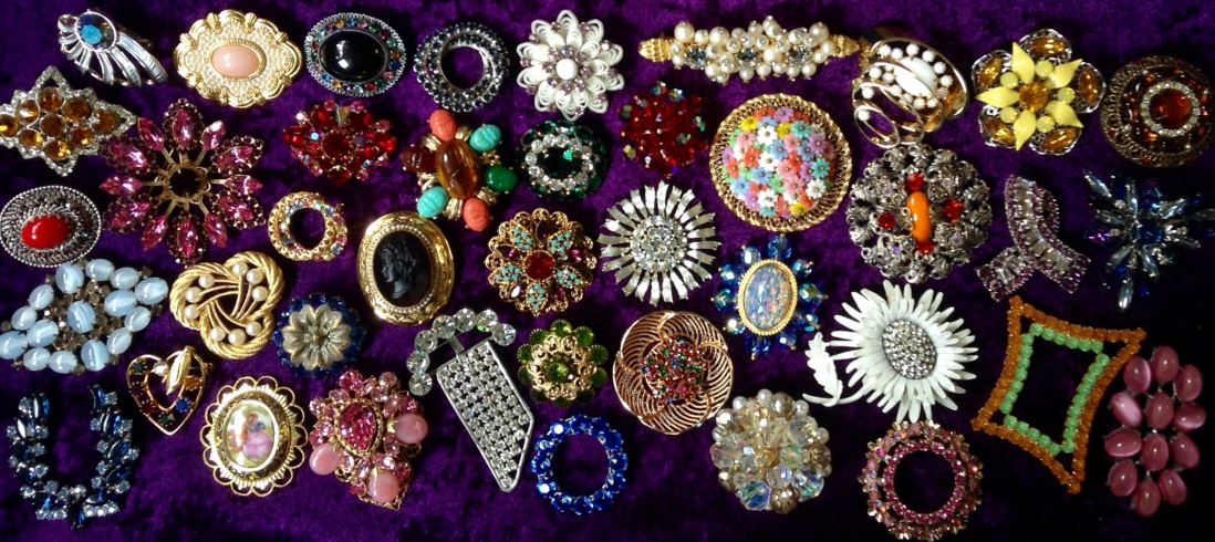 Various pieces of vintage jewellry