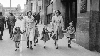Unidentified family, 1950, Martin Place, Sydney,  Ikon Studio. Caroline Simpson Library & Research Collection, Sydney Living Museums.
