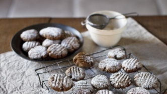 picture of cookies on plate with cloth.
