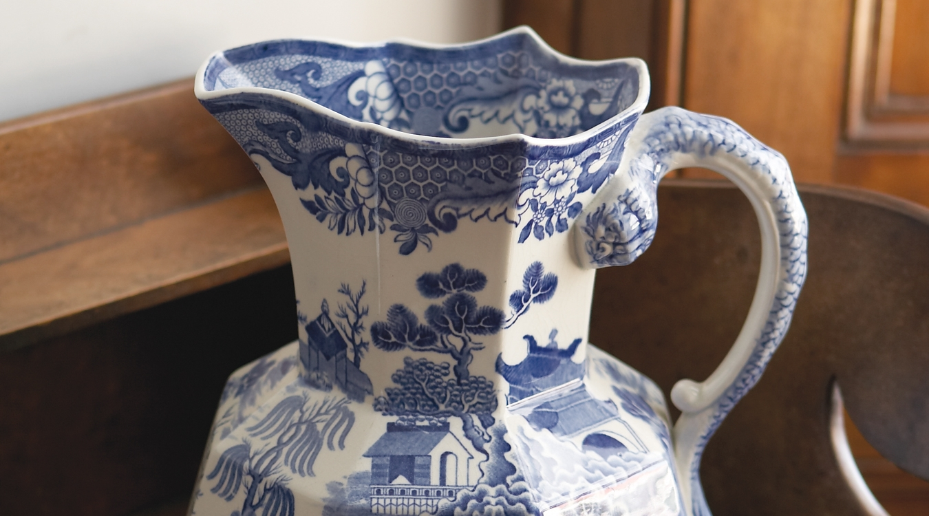 Jug with willow pattern