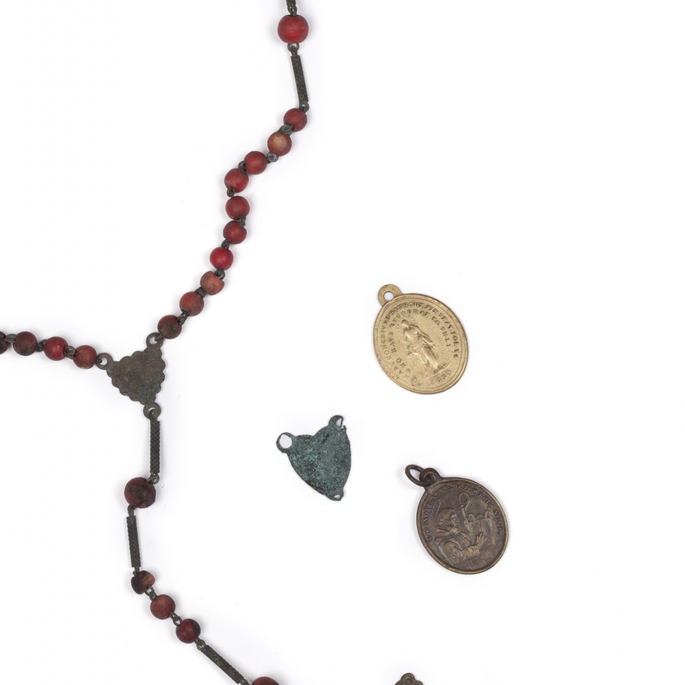 Neclklace with 3 small medals in form of sacred hearts.